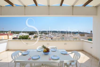 La terrazza con vista panoramica per pranzi e cene all`aperto