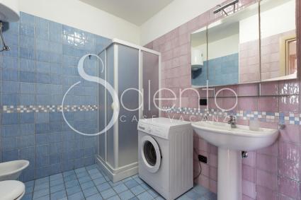 Il bagno doccia con lavatrice
