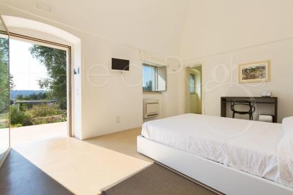 master bedroom with view on the garden