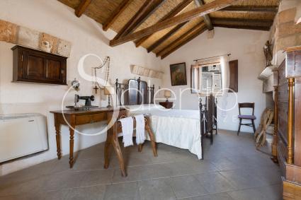La camera da letto matrimoniale sotto la caratteristica volta a falda, in legno