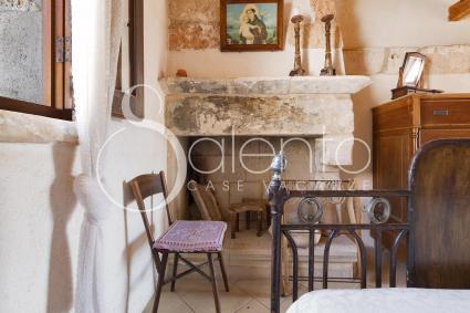 Il caminetto, tra i più graziosi dettagli della casa vacanze nel Salento autentico
