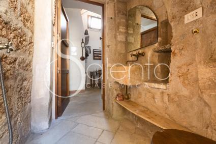 Belli anche i bagni, che esaltano la pietra locale e sfruttano ogni piccolo antro