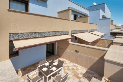 Lo spazio esterno della villetta vacanze sul mare del Salento, attrezzato per pranzi e cene all`aperto