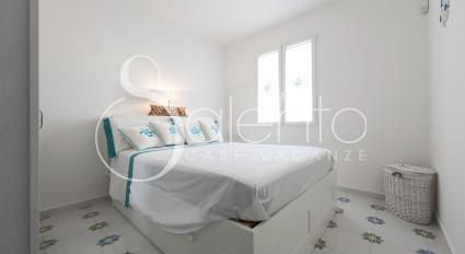 Vi sono due camere matrimoniali più un divano letto singolo in soggiorno
