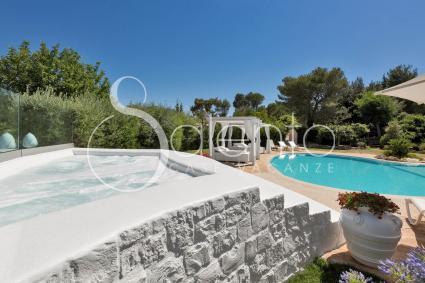 La Jacuzzi riscaldata nel giardino del complesso per vacanze in Puglia