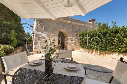 Graziosi spazi esterni attrezzati introducono al Melograno, casa vacanze in complesso in Puglia