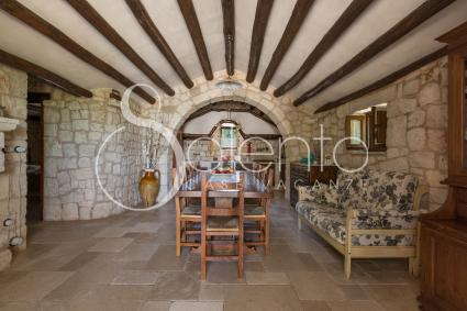 Trullo Quercia - La sala da pranzo sotto la caratteristica volta, e in fondo la cucina