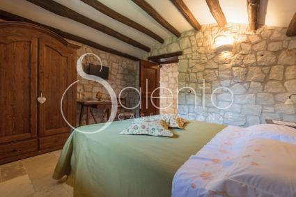 La camera matrimoniale all`interno del Trullo Quercia per vacanze in Puglia