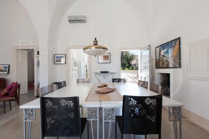 luminoso open space con ampio tavolo da pranzo