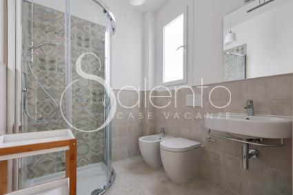 The bathroom with shower of the holiday home for rent by the sea in Leuca