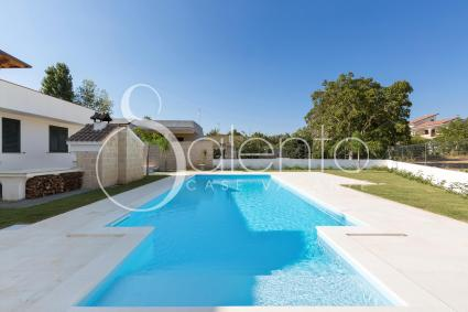 La bella piscina turchese della villa per vacanze nel cuore del Salento