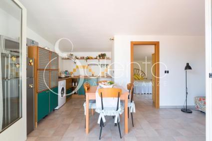 L`attico si apre su un ampio soggiorno con sala pranzo, cucina e divano letto