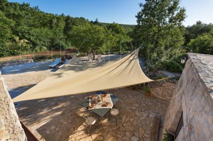 Il verde e la natura avvolgono la caratteristica abitazione nelle Murge