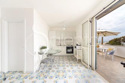 L`unico ambiente dell`attico per vacanze sul mare del Salento, con angolo cottura, zona notte e bagno