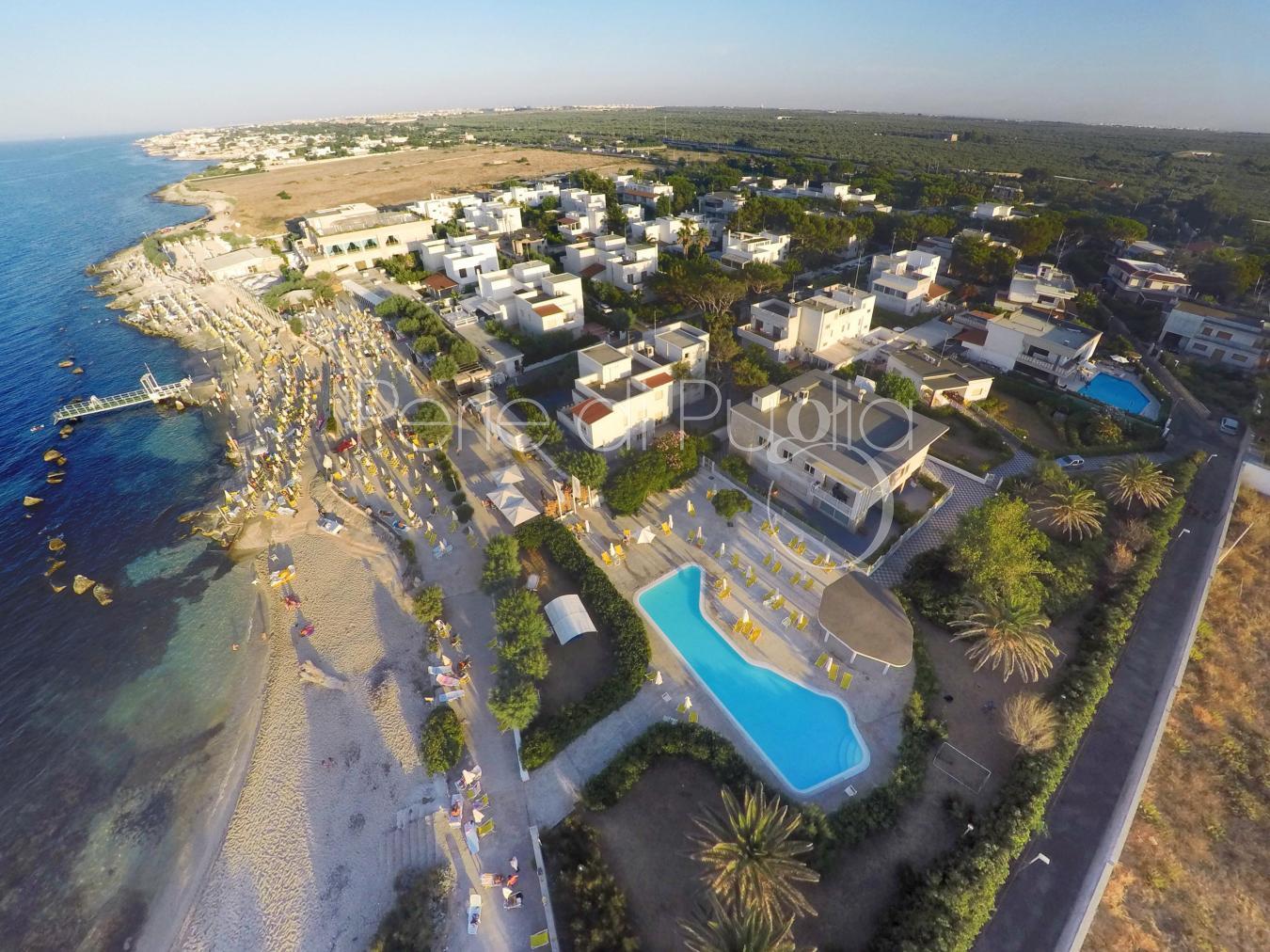 Casa vacanze con giardino e piscina sul mare di for Piscina wspace bari
