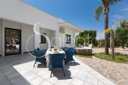 Equipped outdoor spaces, with Jacuzzi in the garden