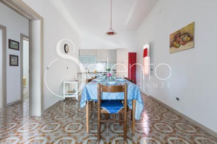La sala da pranzo della villetta in affitto a Torre Lapillo