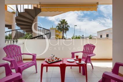La terrazza attrezzata che accoglie nella casa vacanze a Porto Cesareo