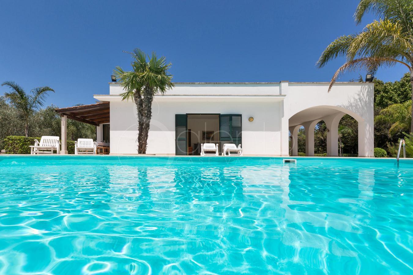 Villa con piscina e giardino per vacanze nel salento a - Villa con piscina salento ...