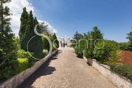 Il vialetto porta alla casa vacanze nel cuore della Valle d`Itria