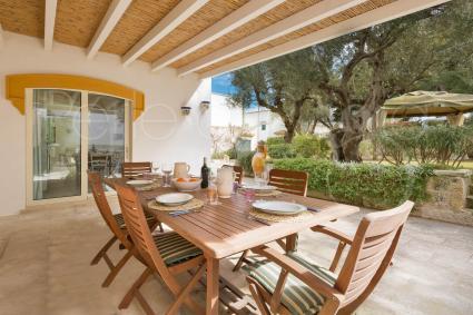 La veranda sul giardino, luogo incantevole dove poter pranzare e cenare all`aperto