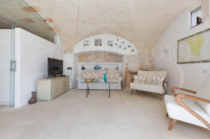 Sotto la possente volta a stella un ampio soggiorno accoglie gli ospiti in vacanza in Puglia