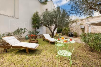 In giardino vi sono una zona solarium con lettini, un barbecue e un bel gazebo