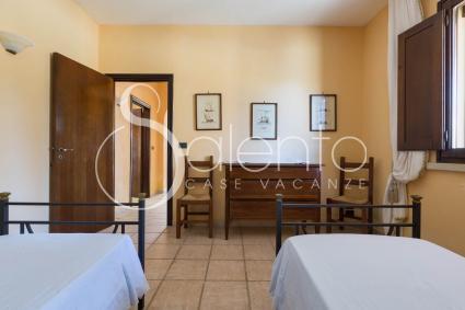 La camera matrimoniale nel trullo, in affitto per vacanze in masseria con piscina nel Salento