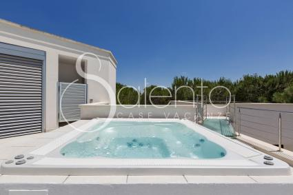 the roof with solarium, jacuzzi and sea view