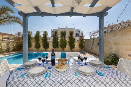 pranzare e cenare all`aperto con vista sulla piscina