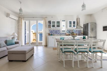 Il living moderno e luminoso con cucina, area pranzo e aria climatizzata