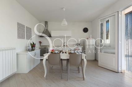 La cucina a vista e la sala da pranzo fanno parte dell`open space