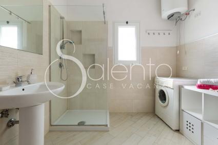 Il bagno doccia, ampio, luminoso e con lavatrice
