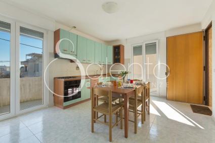 La grande cucina abitabile è ben accessoriata e con accesso diretto al balcone