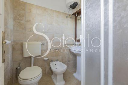 Bathroom with shower of the studio apartment