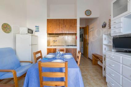 L`ampio soggiorno con sala pranzo, cucina a vista e forno a microonde