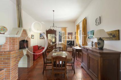Il forno a legna nel soggiorno, sala da pranzo e divano