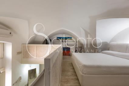 La camera da letto matrimoniale si trova al piano soppalcato della casa vacanze