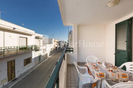 Il balcone arredato permette di trascorrere piacevoli momenti all`aperto