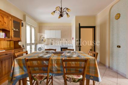 La sala da pranzo è ampia e dotata di angolo cottura a vista e lavatrice