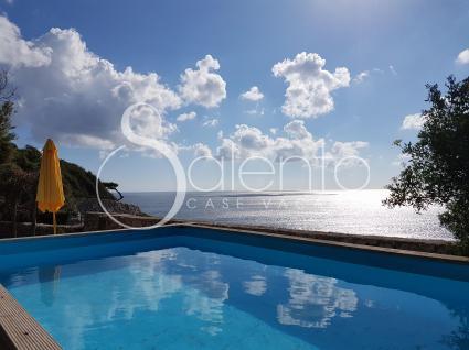 La piscina con vista mare