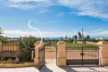 The small villa for rent in Salento is entirely fenced