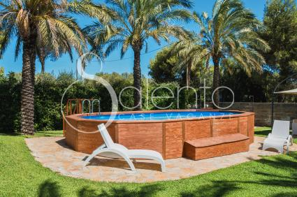 La piscina fuori terra immersa nel verde del giardino