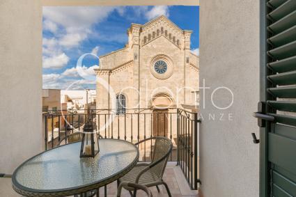 Graziosa veranda balcone con vista sulla chiesa di Santa Sofia