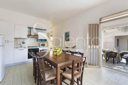 Il soggiorno comprende la cucina molto ben accessoriata e una sala da pranzo con tv