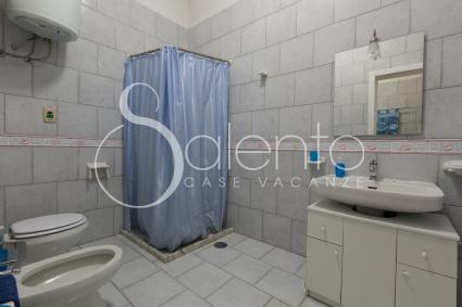 The bathroom with shower of the holiday home for rent in Porto Cesareo