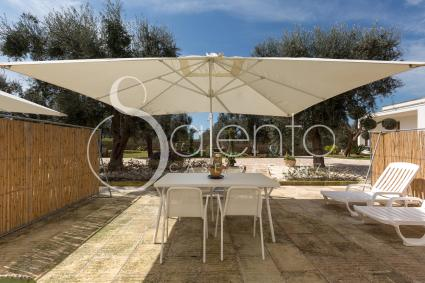 Eating outside or tanning: a relaxing vacation near Otranto
