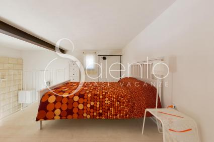 The bedroom on the mezzanine floor of the holiday home for rent in Otranto