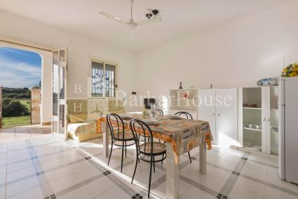 The living room of the holiday home for rent in Porto Cesareo is large and bright