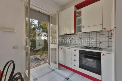Kitchenette with electric oven and access to the garden